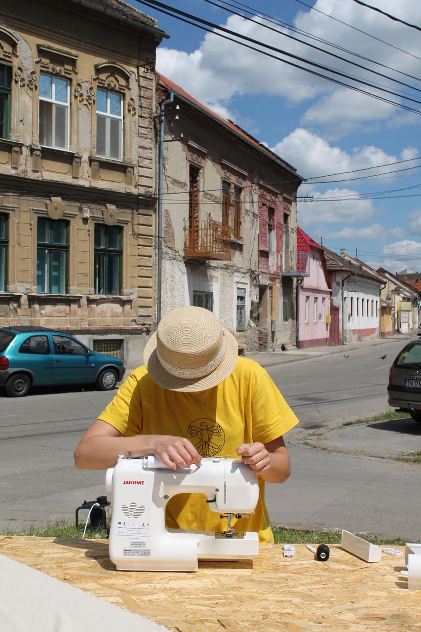 Мацките от екипа на In Comunitate приложиха своите шивашки умения.