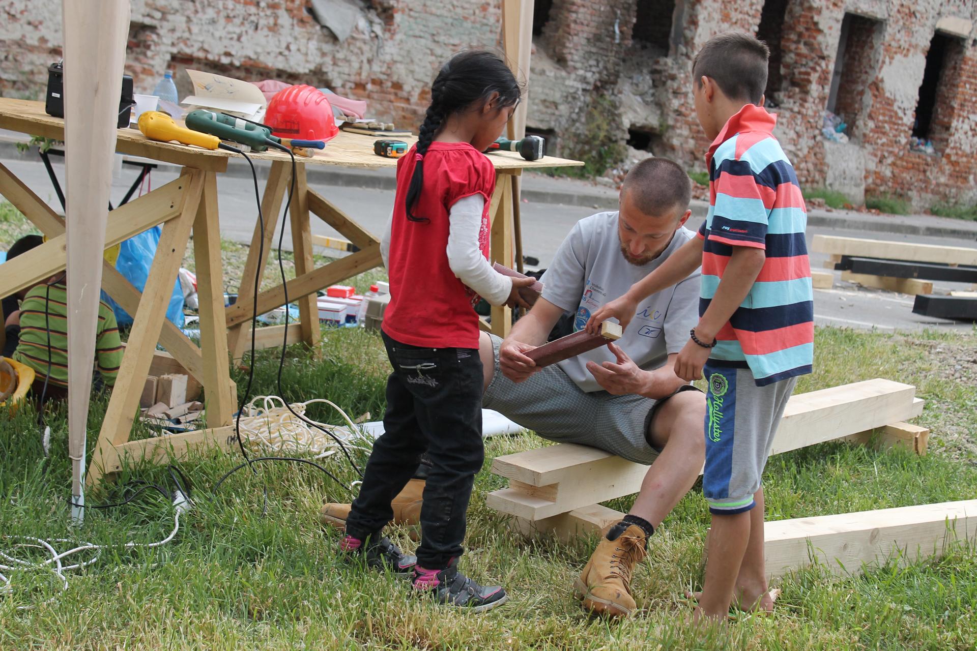 Учехме децата как да работят с дърво.